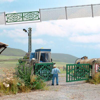 LPG Zaun mit Betonpfosten und Tor <br/>BUSCH 1019