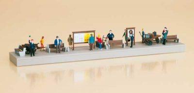 Auhagen 11339 <br/>Bahnsteigausstattung mit Figuren